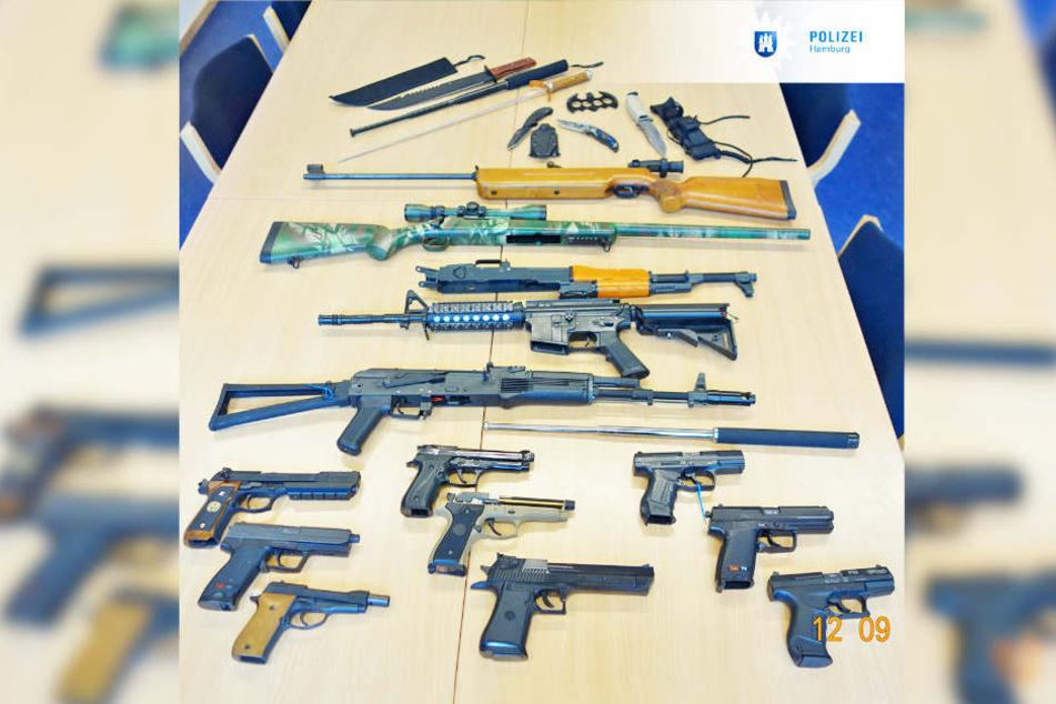 Dieses Waffenarsenal hat die Polizei in Hamburg sichergestellt.