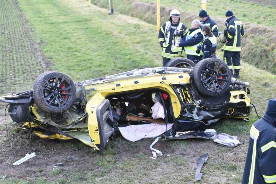 Chevrolet überschlägt sich bei Unfall auf A4: Mann stirbt vor Ort, schwangere Frau gerettet