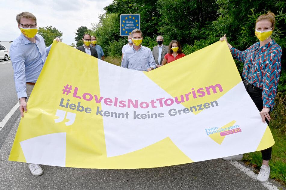 Politiker fordern, dass unverheiratete Lebenspartner aus Nicht-EU-Staaten nach Deutschland einreisen dürfen.