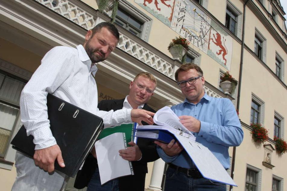 Thomas Pietzsch, Daniel Szenes und André Liebscher (v.l.) übergeben im Pirnaer Rathaus fast 3.300 Unterschriften für einen Bürgerentscheid über den Industriepark Oberelbe.