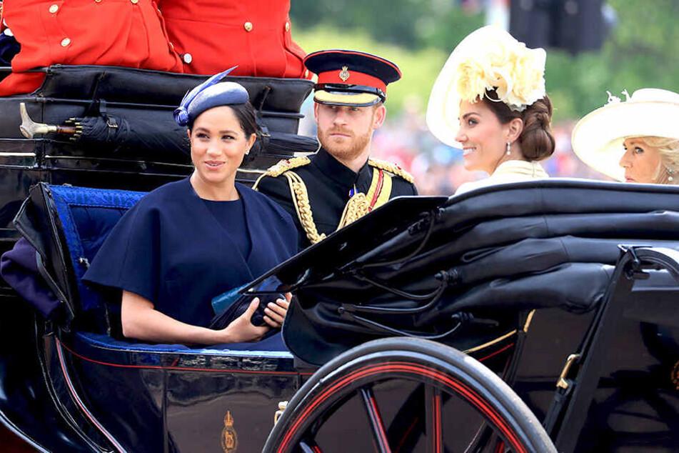 """Harry und Meghan bei einer royalen Kutschfahrt anlässlich """"Trooping the Colour"""":"""