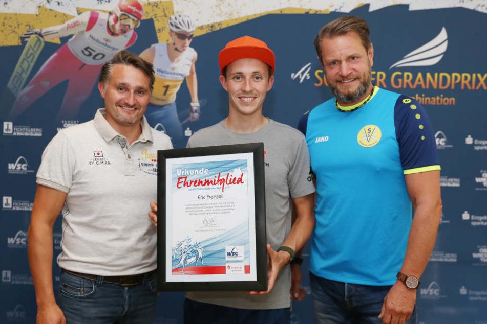 WSC-Geschäftsführer Christian Freitag (l.) überreichte Eric Frenzel (M.) am Montag die Ehrenmitgliedschaft des Vereins.
