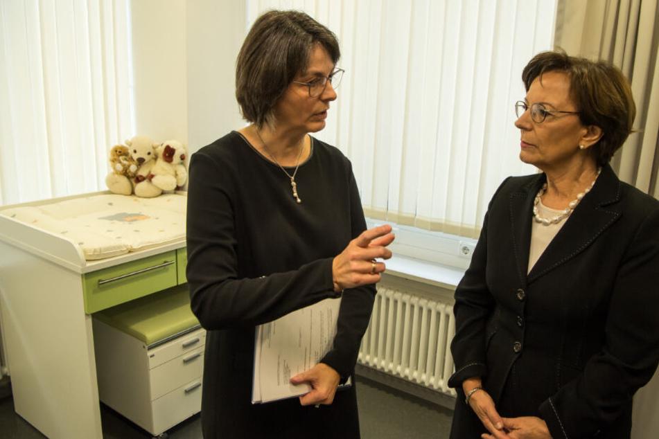 Elisabeth Mützel (l) im Jahr 2017 im Gespräch mit der damaligen bayerischen Familienministerin Emilia Müller (CSU).
