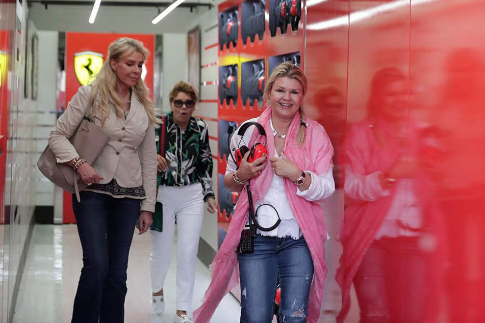 Corinna Schumacher (50, r.) strahlt: Die Frau der Rennsport-Legende Michael Schumacher war während der Testfahrt ihres Sohnes Mick im Formel-1-Ferrari dabei.