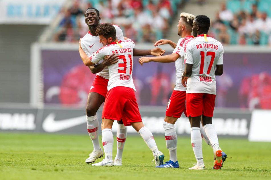 Es dauert nicht lang und Kopfball-Torschütze Ibrahima Konaté (l.) wird von Diego Demme, Kevin Kampl und Bruma (v.l.n.r.) liebkost.