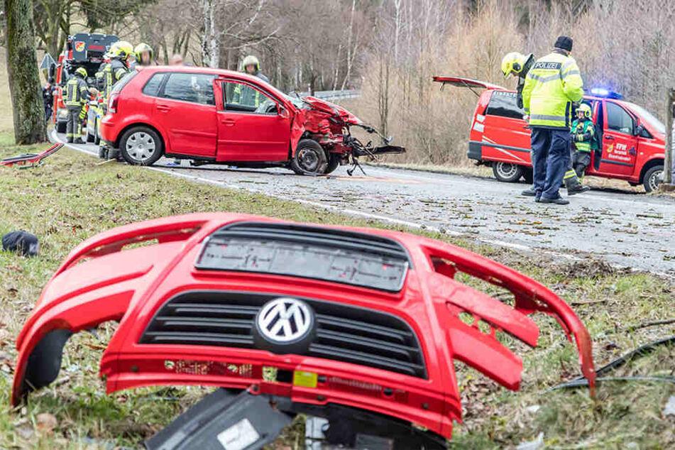 Die Trümmer des VW flogen meterweit.