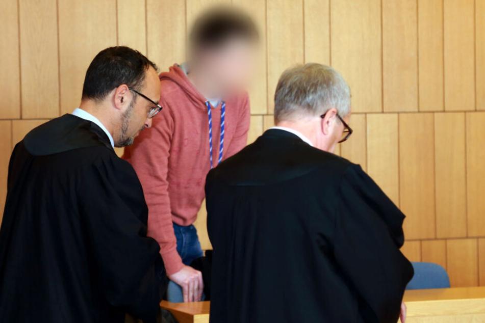 Ein junger Mann muss sich nach der Tötung seiner Mutter vor Gericht verantworten.