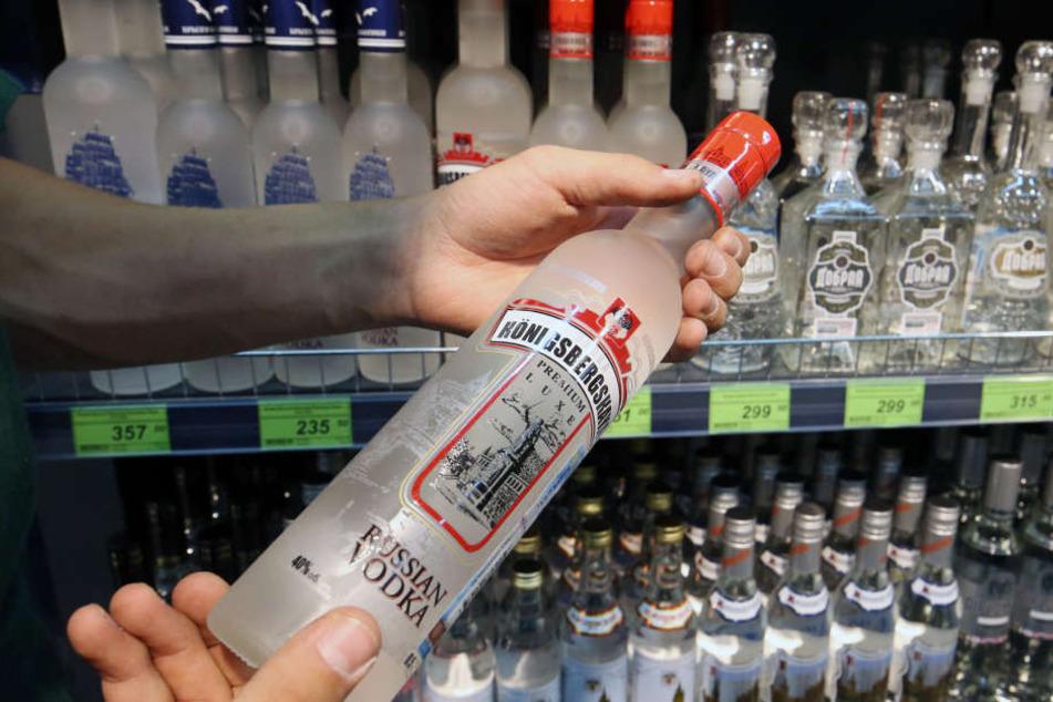 Die Diebe hätten am Montag im Laden mehrere kleine Flaschen Wodka und Whiskey-Cola getrunken.