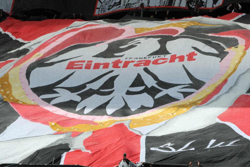 Fans von Eintracht Frankfurt sollen am Samstag einen Pkw attackiert haben (Archivbild).