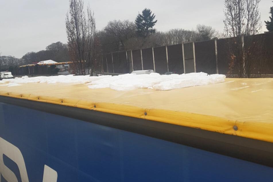 Autofahrer aufgepasst: Eisplatten auf Lastern