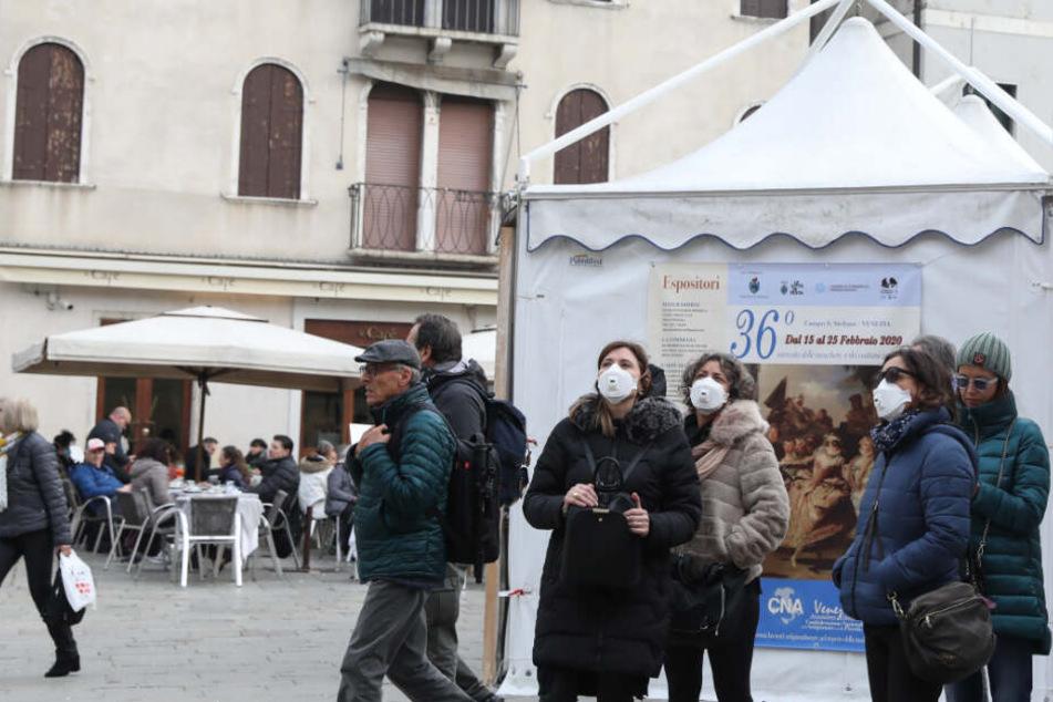 In der italienischen Stadt Venedig kommen Touristen kaum noch ohne Mundschutz aus.