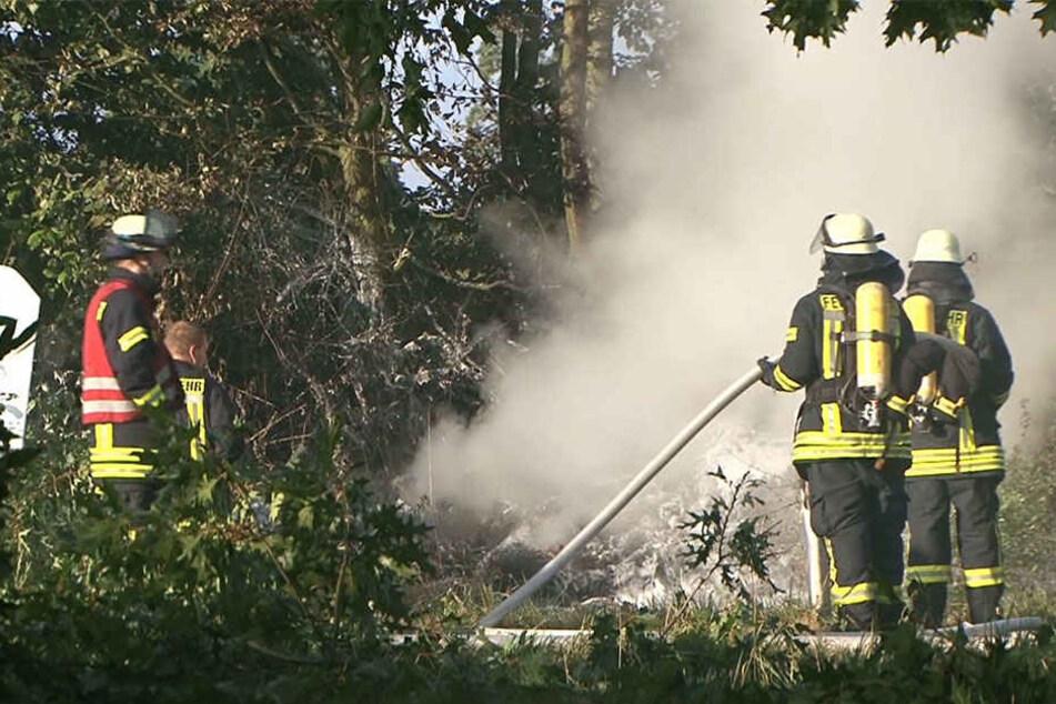 Die Feuerwehr konnte nur noch die Trümmer des völlig zerstörten Fliegers beseitigen.