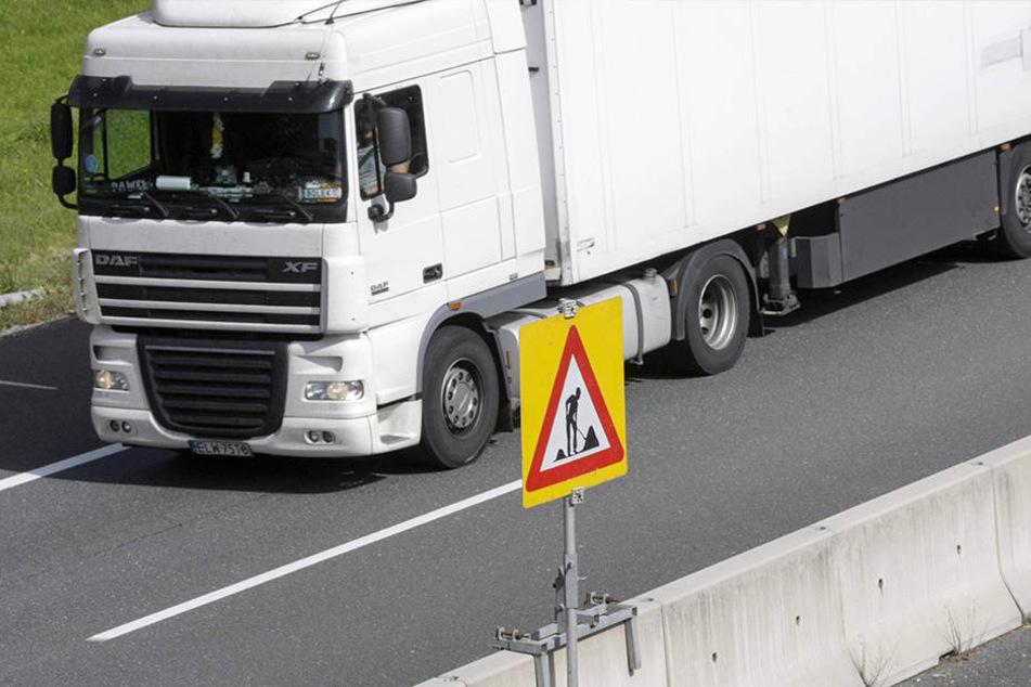 An drei Lkw auf der Autobahn entstand leichter Sachschaden. (Symbolbild)