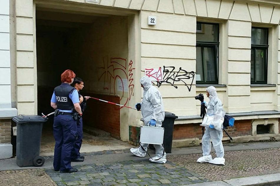 Kripo-Beamte auf dem Weg zum Tatort. In diesem von Flüchtlingen bewohnten Haus an der Uhlandstraße ereignete sich die Tragödie.