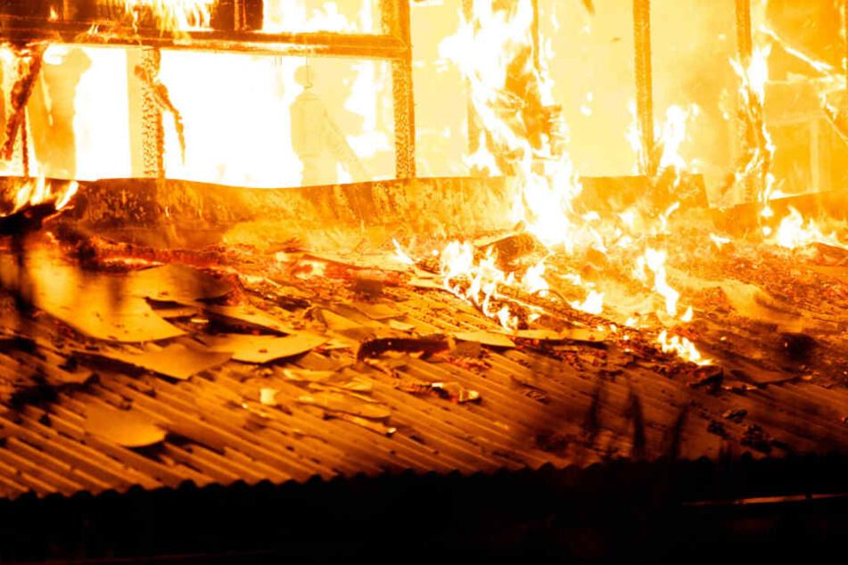 Die Halle brannte komplett aus. (Symbolbild)