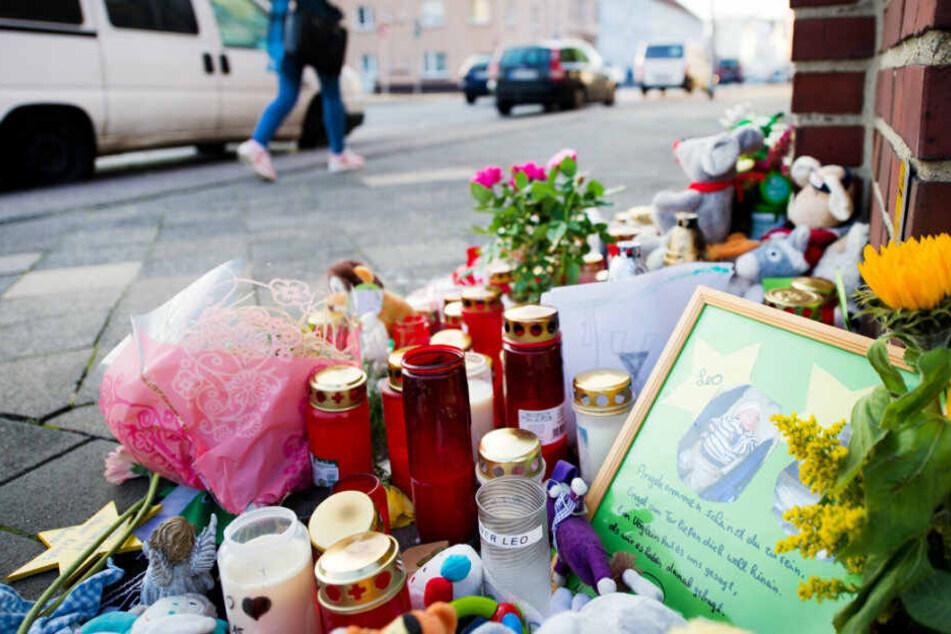 Kerzen und Plüschtiere vor der Wohnung des ermordeten Babys in Mönchengladbach.