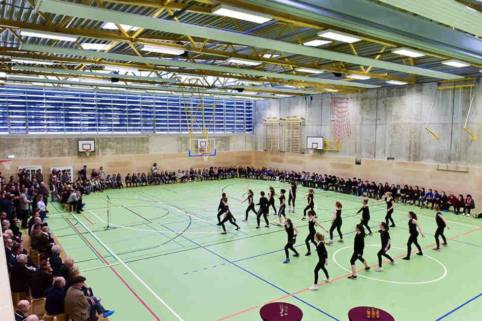 Diese Sporthalle wurde 2016 am André-Gymnasium eingeweiht. Die Stadt muss nun noch eine Halle bauen.