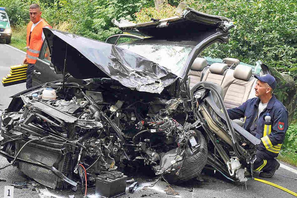 Das völlig verformte Wrack des VW Passat lässt erahnen, wie schnell der  Unfallfahrer unterwegs war.