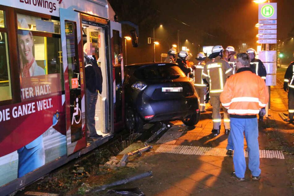 Der Renault Zoe wurde meterweit von der Tram mitgeschleift.