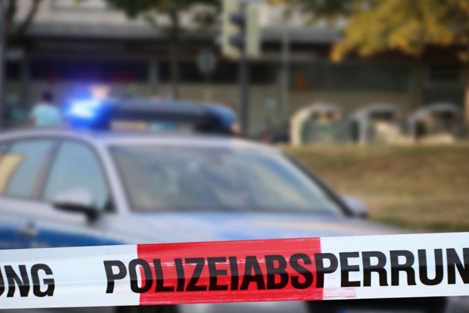 Unbekannte haben in Leipzig einen Minibagger angezündet. (Symbolbild)