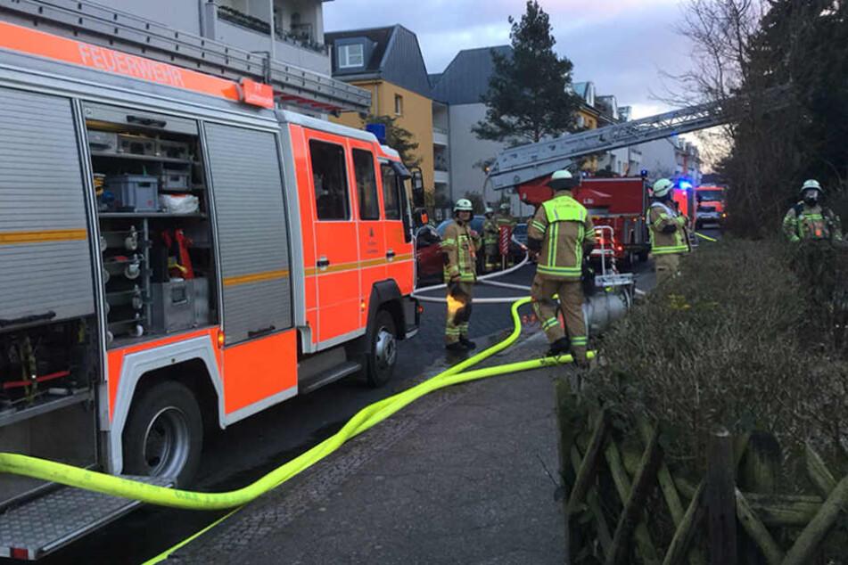 Kein leichtes Spiel für die Feuerwehr bei der Kälte das Feuer unter Kontrolle zu bringen.