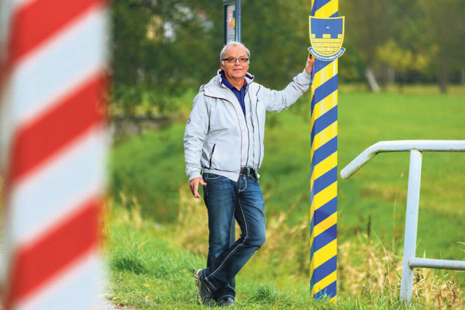Macht die Grenze der Oberlausitz sichtbar: Udo Mangelsdorf (68) vom  Rammenauer Heimatverein stellte zwei Grenzpfähle auf.