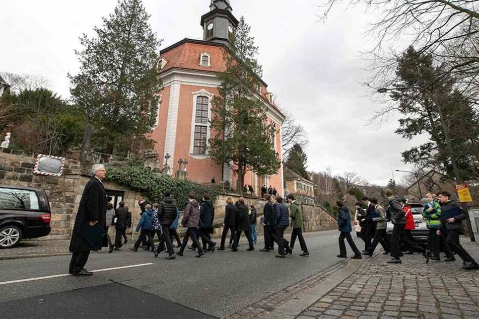 Kreuzkantor Roderich Kreile geleitet seine Kruzianer zur Trauerfeier in der Loschwitzer Kirche.