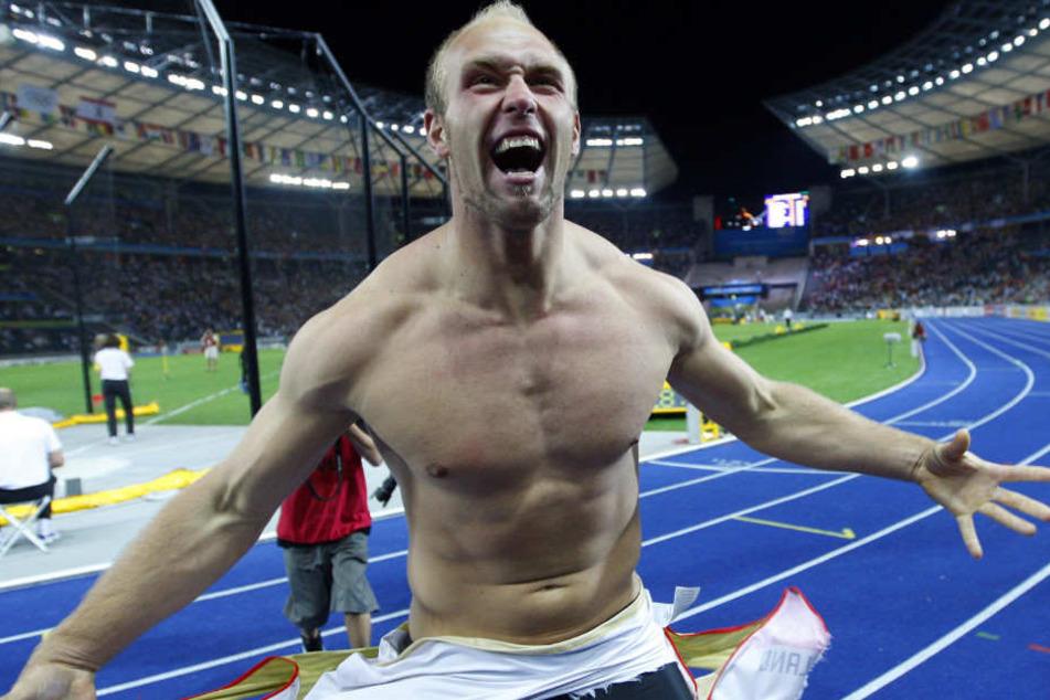 Robert Harting feiert seinen Sieg bei der Leichtathletik-WM in Berlin.