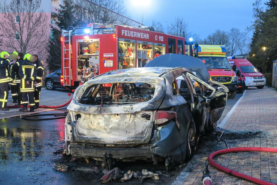 Vom Hyundai ist nicht mehr viel übrig! Das Auto brannte am Sonntagabend in Schwarzenberg komplett aus.