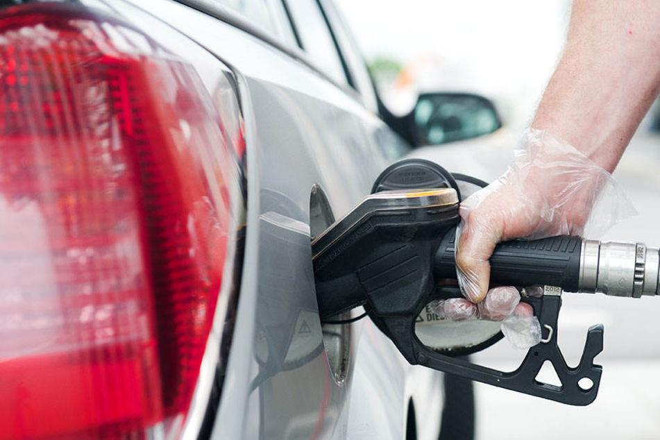 Weil ein Autofahrer falsch getanktes Benzin in eine Regenwasserleitung geschüttet hat, musste eine Straße und eine Tankstelle evakuiert werden. (Symbolbild)
