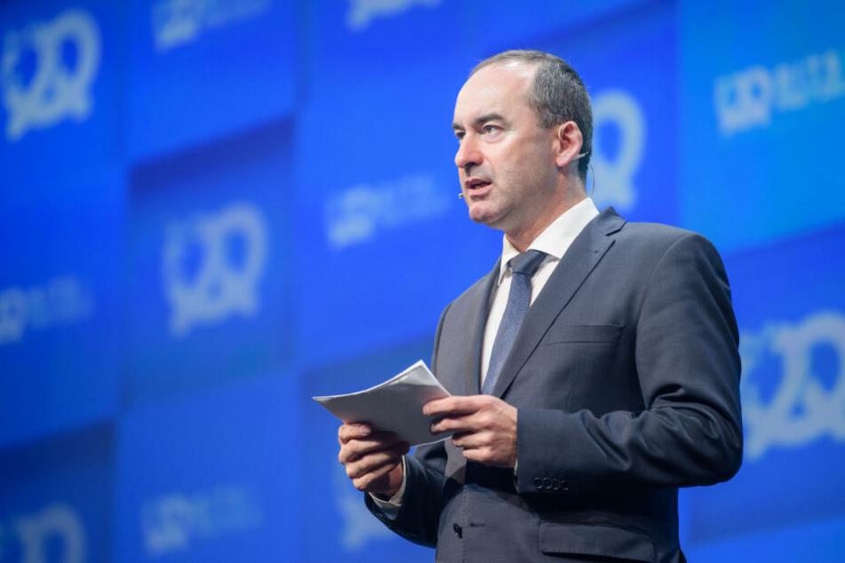Hubert Aiwanger, Wirtschaftsminister und Landesvorsitzender der Freien Wähler in Bayern, steht während seiner Eröffnungsrede auf der Bühne.