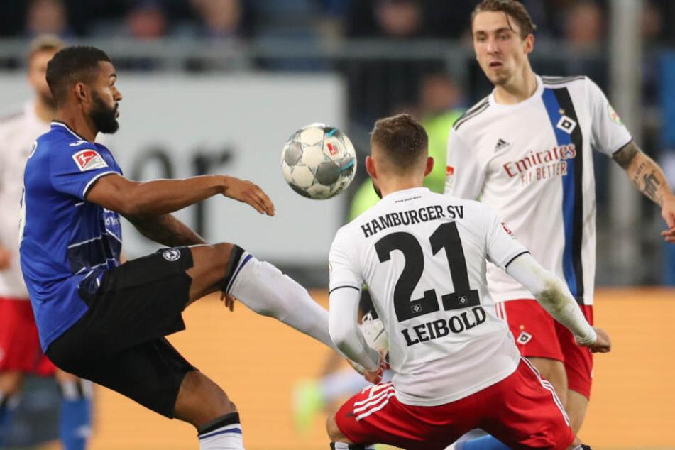 Tim Leibold versuchte gemeinsam mit Adrian Fein Bielefelds Cebio Soukou zu stoppen.