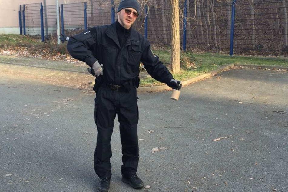 LKA-Experte Axel Brehm (43) zeigt einen der gefährlichen illegalen Böller.