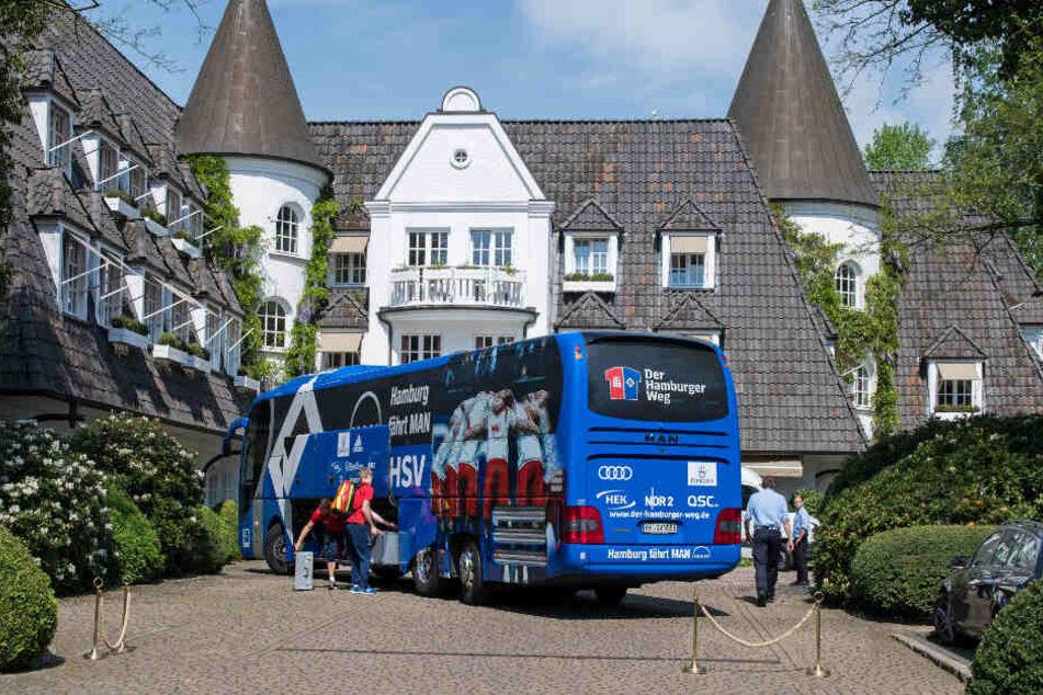 Der Mannschaftsbus des Hamburger SV steht in der Einfahrt des Hotels in Rotenburg (Wümme).