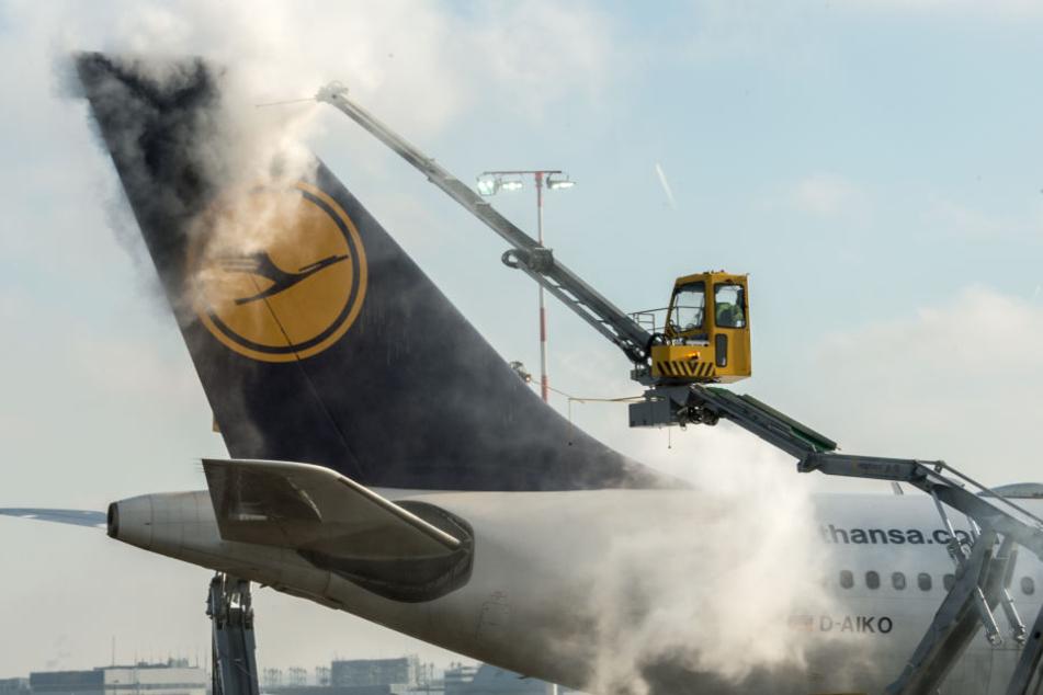Ein Flugzeug wird am Flughafen in Frankfurt vom Eis befreit. (Symbolbild)