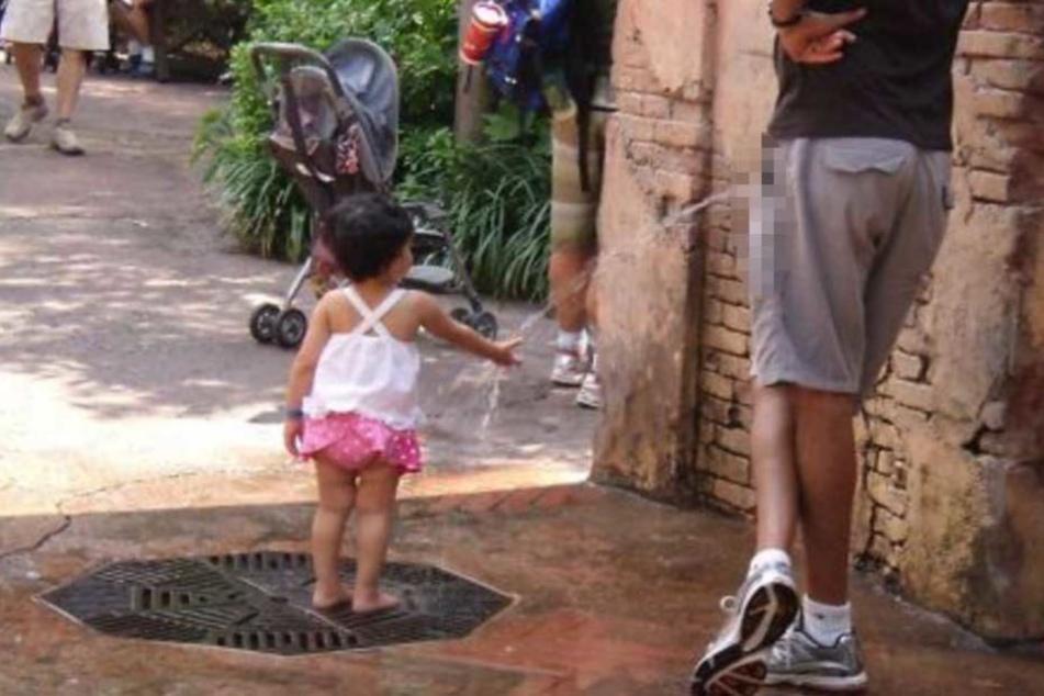 Ekel-Foto empört das Netz: Pinkelt der Typ dem Kind tatsächlich auf die Hand?