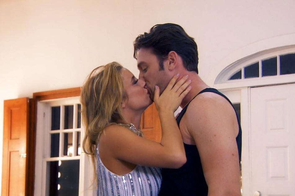 """Janina Celine (23) hat es geschafft: Sie ergattert den ersten Kuss von """"Bachelor"""" Daniel Völz (32)."""