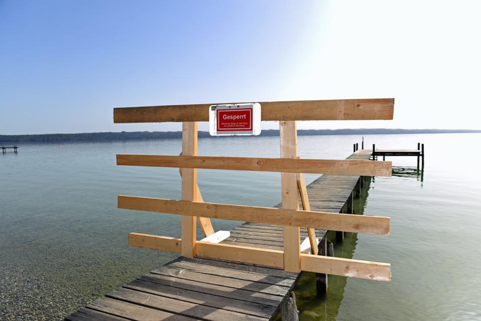 Ein Steg am Starnberger See wurde vom Landratsamt Starnberg wegen des Infektionsschutzgesetzes wieder gesperrt.