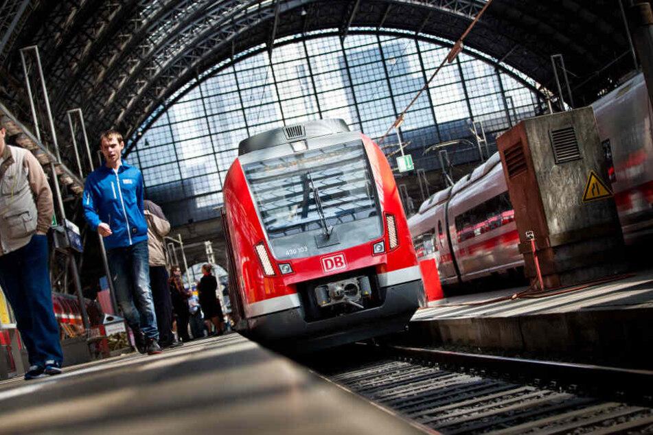 Die beiden Jugendlichen hatten sich ihre Softair-Waffen am Hauptbahnhof in Frankfurt gezeigt, sie danach eingesteckt (Symbolbild).
