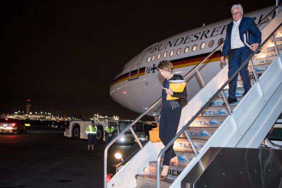 Bundespräsident Frank-Walter Steinmeier (62, SPD) mit seiner Frau Elke Büdenbender (56) bei der Landung in L.A.