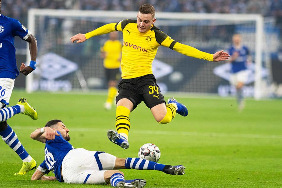 S04-Torschütze Daniel Caligiuri (unten) grätscht BVB-Kicker Jacob Bruun Larsen (oben) ab.