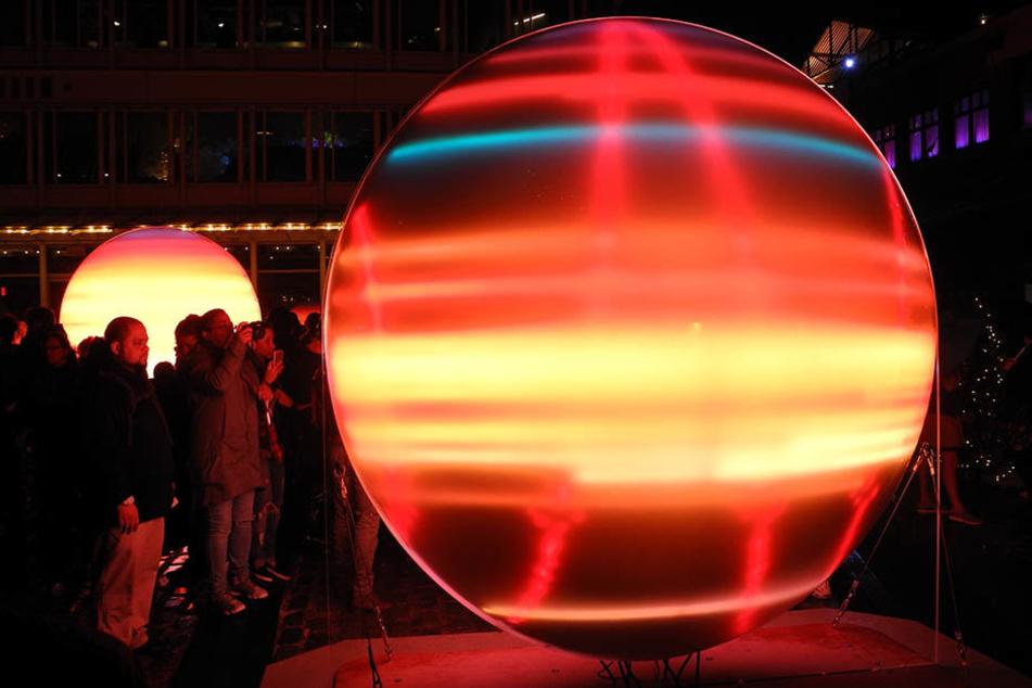 """Zahlreiche Besucher kamen zur Eröffnung der Licht-Insallation """"Sea of Light""""."""