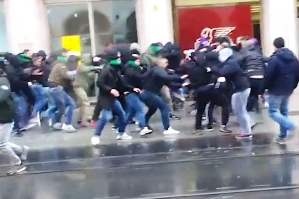 Anhänger der österreichischen Fußballvereine FC Wacker Innsbruck und Austria Wien lieferten sich eine Massenschlägerei.