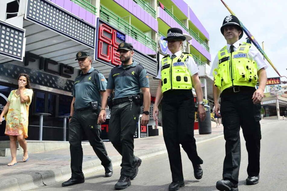 Polizisten aus Spanien und England laufen durch den vor allem bei Briten beliebten Ort Magaluf. Dort wurde jetzt eine Schottin vergewaltigt.
