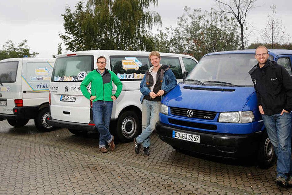 """Richard Vetter (29, v.l.), Gregor Wendt (29) und  Bastian Thiere (31) gründeten als Studenten die Busvermietung  """"CarlundCarla""""."""