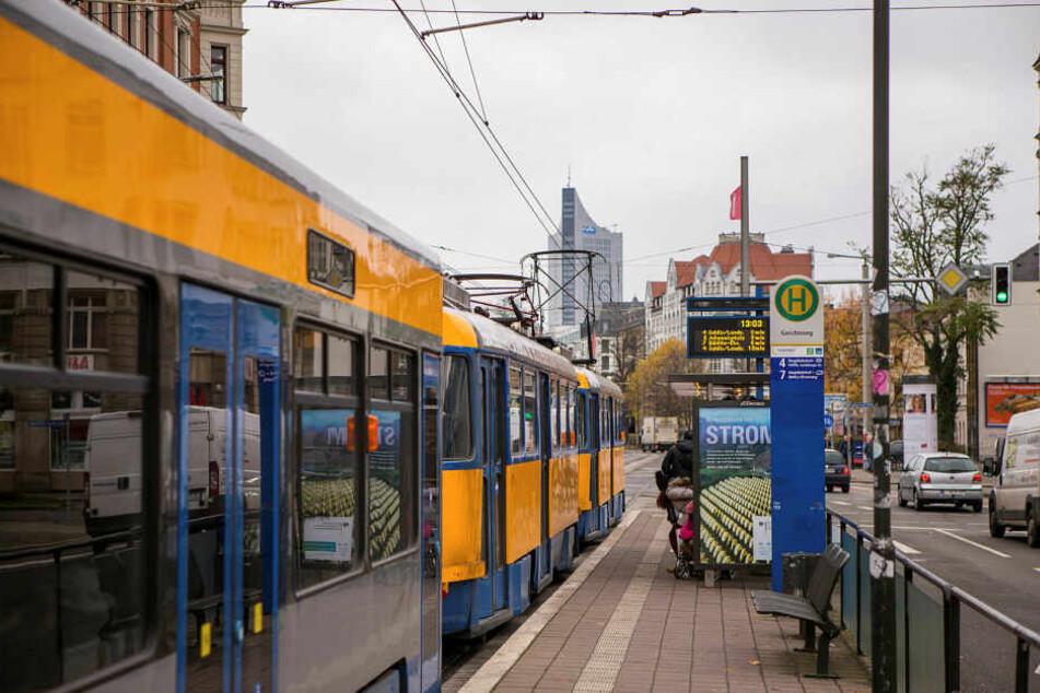An einer Haltestelle in Schönefeld wurde ein 17-Jähriger überfallen und sein Handy geraubt. (Symbolbild)