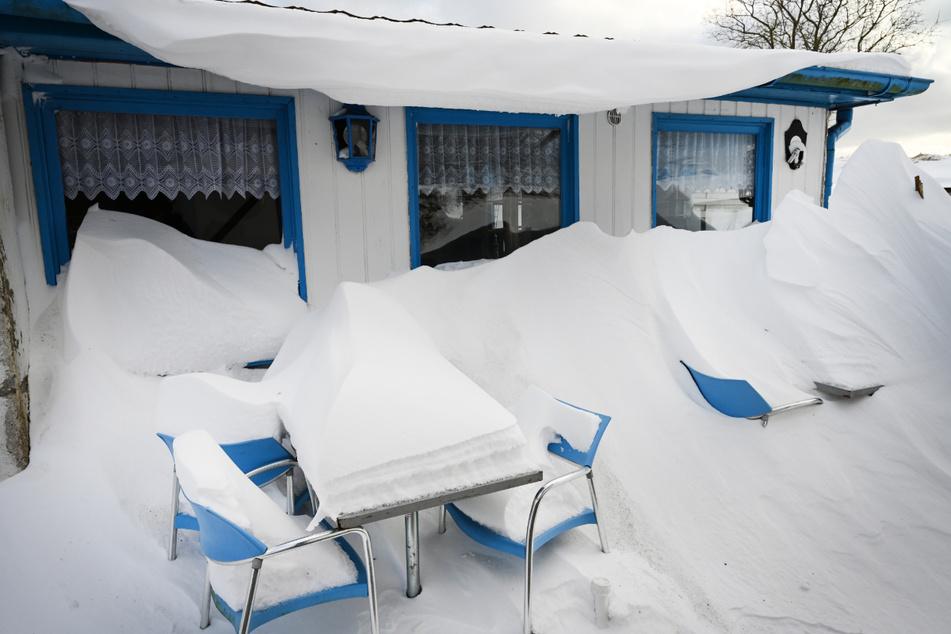 Mecklenburg-Vorpommern, Putgarten (Insel Rügen): Auf Tischen und Stühlen eines Imbisses liegt Schnee.