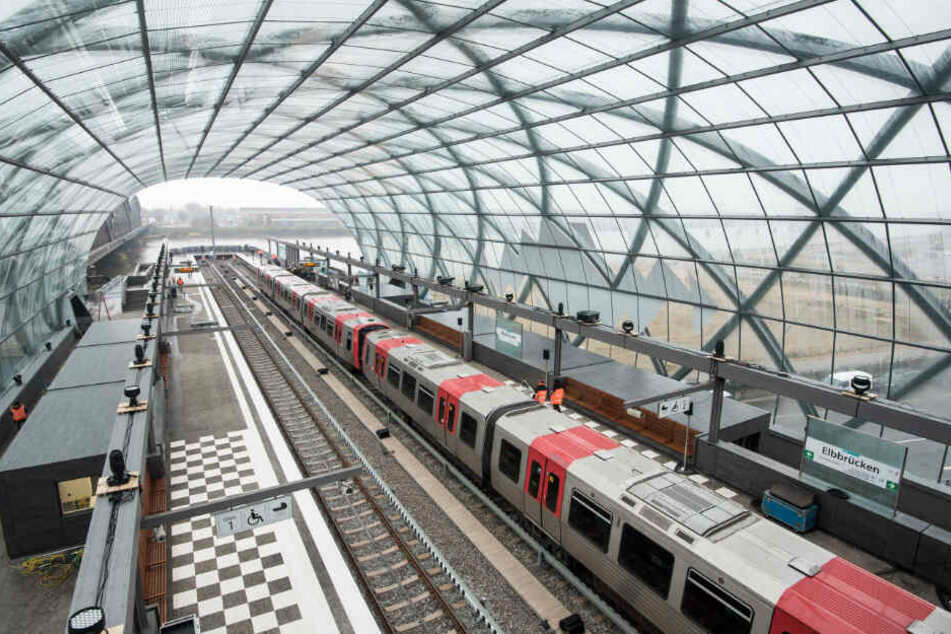 """Bisher endet die U4 an der Station Elbbrücken, mit dem neuen Stadtteil soll sie aber über die Elbe """"springen"""". (Archivbild)"""