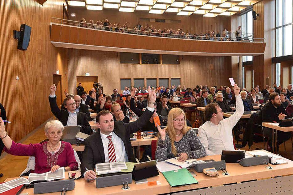 Die Dresdner Stadtrats-Abgeordneten bei einer Abstimmung (Archivbild).