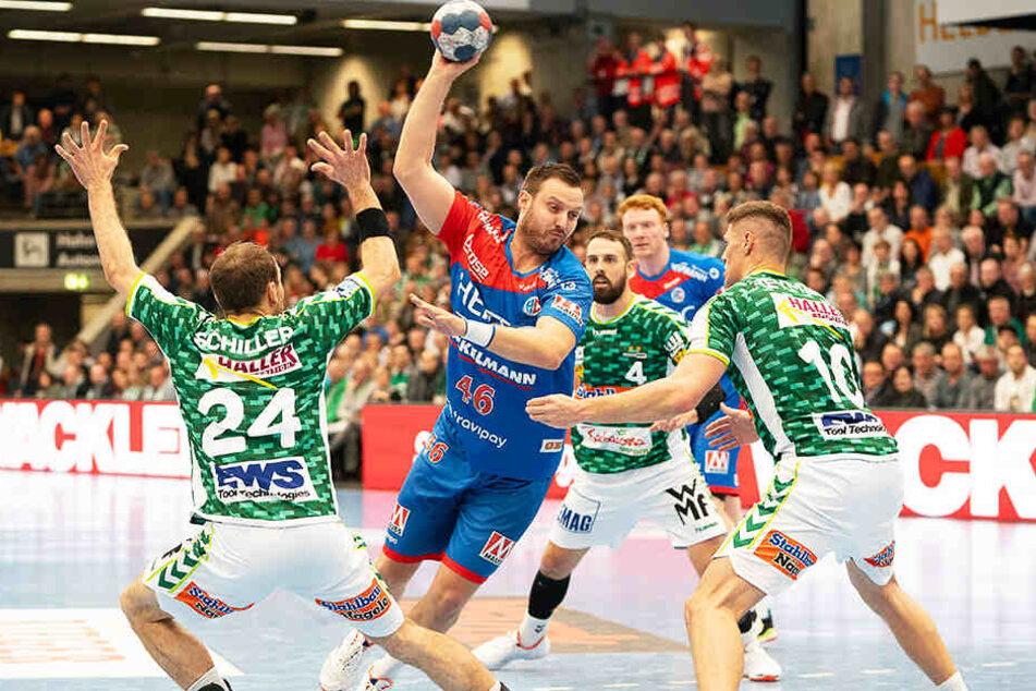 Jonas Thümmler ließ sich hier im Trikot von Erlangen auch nicht von drei Göppinger Gegenspielern aufhalten.